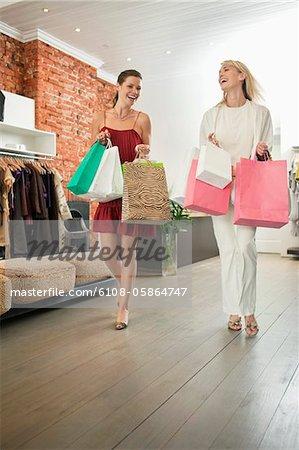 Zwei Frauen mit Einkaufstaschen in einer boutique