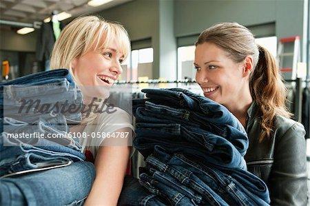 Frauen, die Kleider in einem Laden auswählen