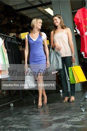 Amies, porter les sacs dans une boutique