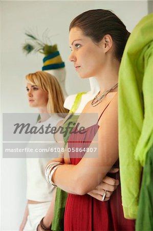 Zwei Frauen imitiert eine Schaufensterpuppe in einer boutique