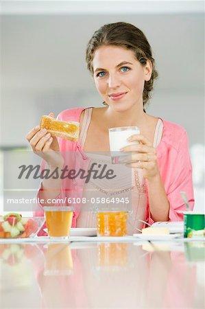 Porträt einer Frau, die dem Frühstück