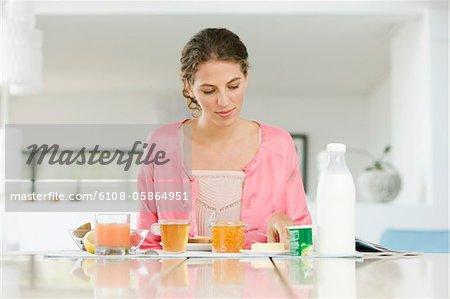 Frau frühstücken an einem Tisch