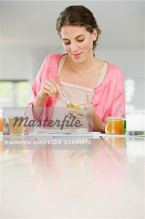 Frau Butter auf ein Brot verbreiten