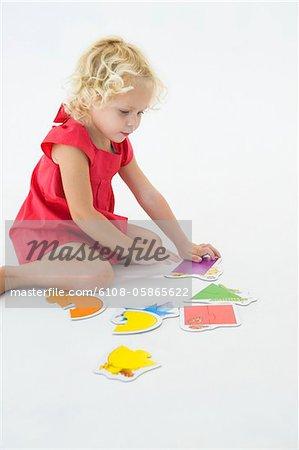 Mädchen, eine Puzzle zu lösen