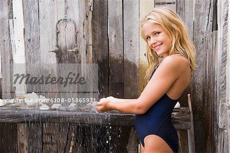 fille sur la fille dans la douche