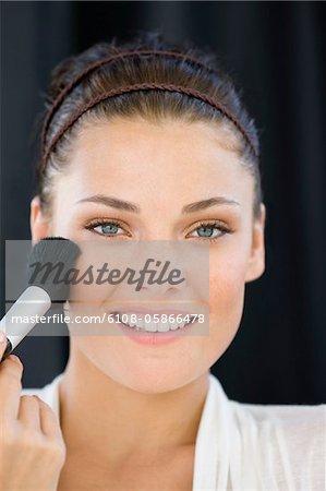 Porträt einer Frau Rouge im Gesicht anwenden