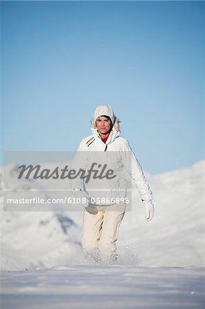 Junge Frau im Schnee Wandern
