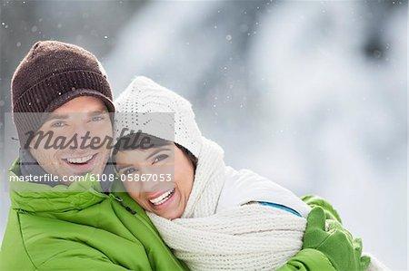 Junges Paar, umarmen, Lächeln in die Kamera