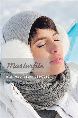Junge Frau in Ruhe Winterkleidung