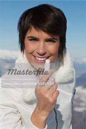 Junge Frau anwenden Lippenbalsam