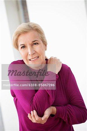Femme souffrant de douleur à l'épaule