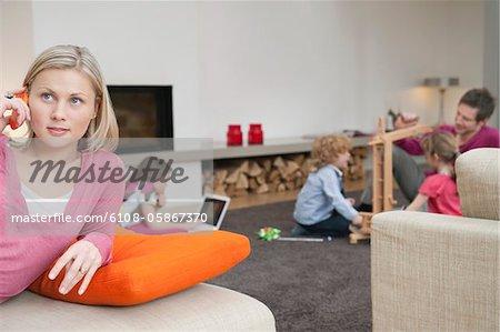 Famille dans une salle de séjour