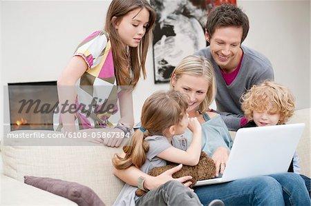 Famille à l'aide d'un ordinateur portable