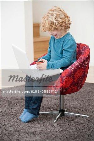 Garçon jouant avec un téléphone mobile