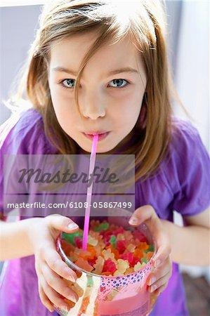 Portrait eines Mädchens hält eine Kiste voller Gum Tropfen