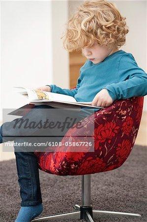 Garçon en lisant un livre