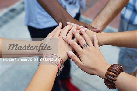 Nahaufnahme der menschlichen Hände aufeinander gestapelt