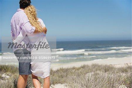 Vue arrière d'un couple à la recherche en mer