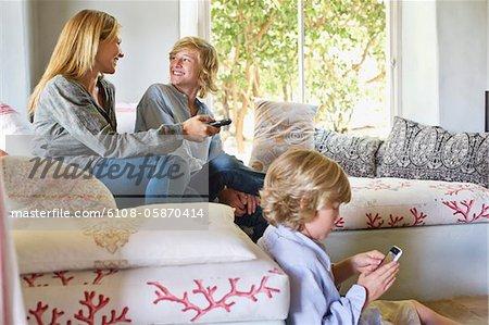 Enfants et la mère à l'aide de gadgets électroniques à la maison
