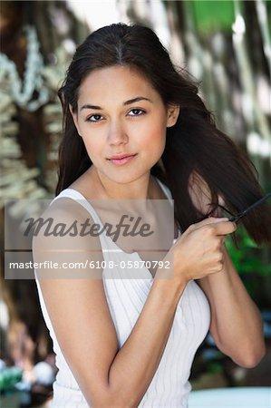Porträt einer schönen jungen Frau, die Haare zu kämmen