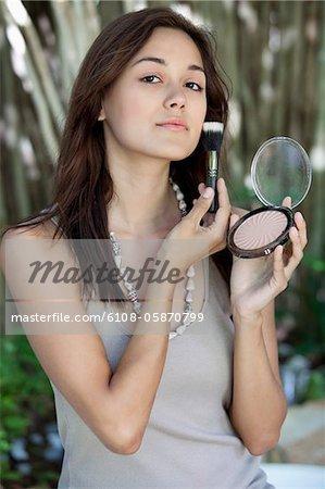 Portrait d'une jeune femme belle application de maquillage