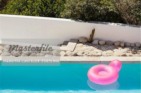 Anneau gonflable flottant sur l'eau de piscine