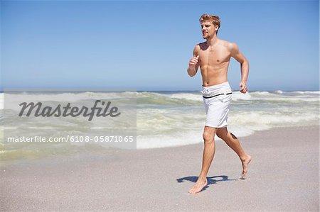 Homme exécutant torse nu sur la plage