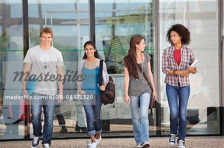 Étudiants de l'Université dans un campus