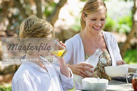 Mère ayant alimentaire avec son fils à l'extérieur