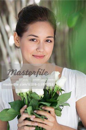 Porträt einer jungen Frau mit weißen Blumenstrauß