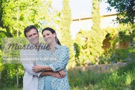 Porträt einer happy mature Couple romancing in einem Garten