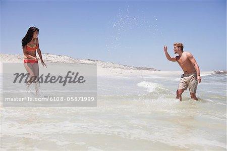 Profitant de couple sur la plage