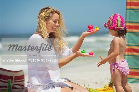 Femme donnant des jouets à sa fille