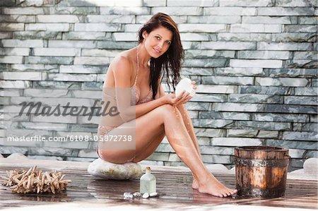 Portrait d'une femme en bikini dans une station thermale