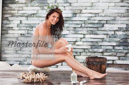 Portrait einer Frau im Bikini in einem spa