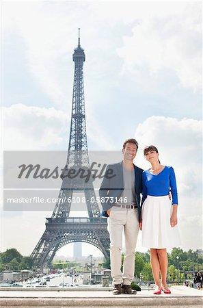 Couple debout ainsi que la tour Eiffel en arrière-plan, Paris, Ile-de-France, France