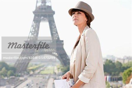 Profil d'une femme avec la tour Eiffel en arrière-plan, Paris, Ile-de-France, France