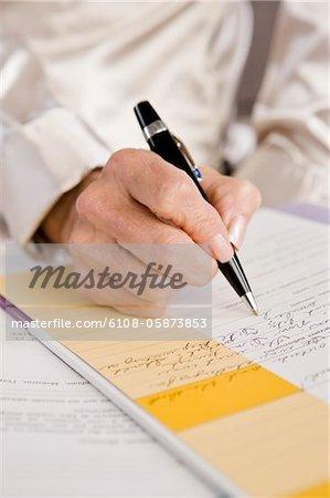 Mid vue en coupe d'une femme en remplissant un formulaire de demande