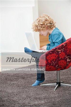 Garçon en utilisant un ordinateur portable