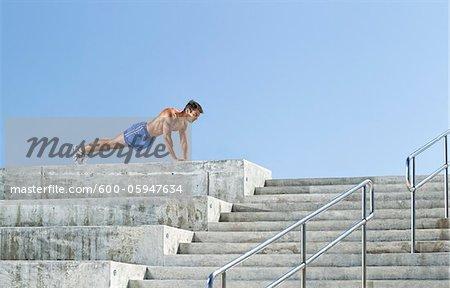 Homme faire des pompes sur les gradins, Miami Beach, Floride, États-Unis