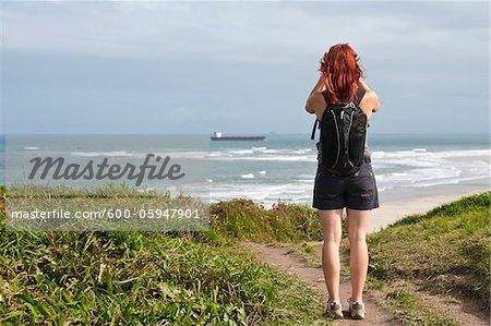 Backview de randonnée femme et vous cherchez à voir, Ilha do Mel, Parana, Brésil