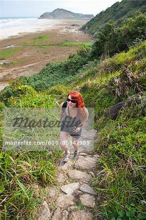 Femme randonnée jusqu'à collines côtières, Ilha do Mel, Parana, Brésil