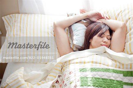 Frau im Bett zu schlafen