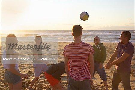 Gruppe von Menschen, die am Strand Volleyball spielen