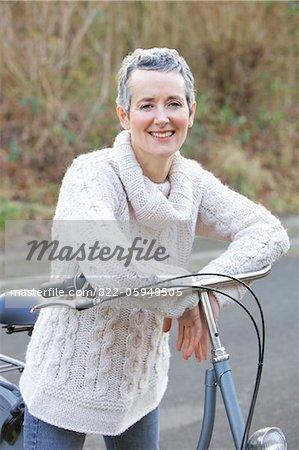 Reife Frau mit Fahrrad