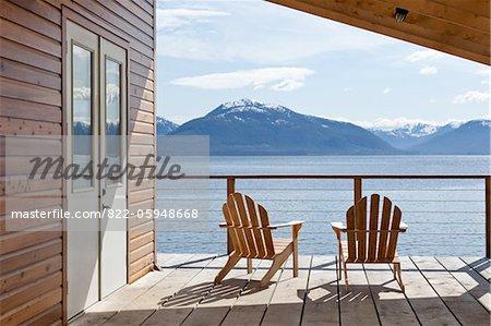 Kabine Deck mit Stühlen mit Blick auf Tenakee Inlet, Alaska, USA