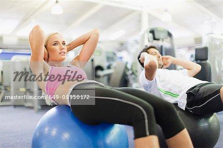 Paar zusammen trainieren Sie im Fitness-Studio