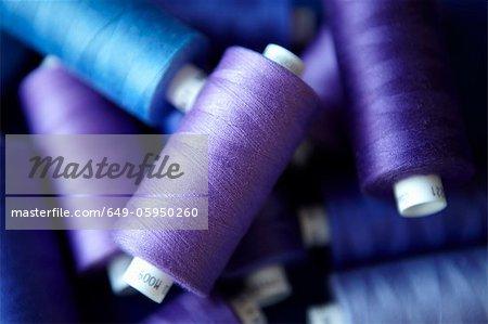 Nahaufnahme von blaue Spulen des Threads