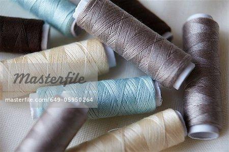 Gros plan du coloré bobines de fil