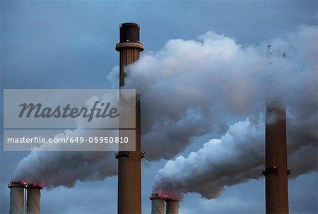 Fumée versant de cheminées d'usine